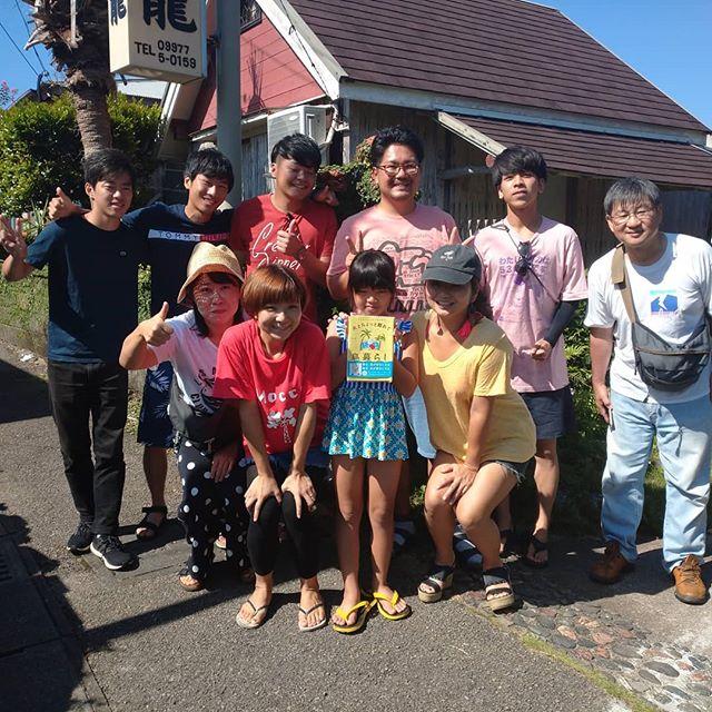 さて、豊年祭も終わり札幌は天使大学の田島先生東海大学の李先生と教え子たち、大いに豊年祭を盛り上げてくれました来年も待ってますねその前に相撲のけいこをマー君、来年は一勝ね与論出身で、鹿児島の高等専門学校の町先生学生に混じって10年ぶりのまわし、お疲れ様でした龍郷は円から来てくれたあやちゃんとお母さん大阪は高槻から移住して一年南龍でちゃずのイラストを熱心に見てたねお母さんが買ってくれたねちゃずが、似顔絵描いてくれて、記念撮影とってもうれしいそうでしたまた加計呂麻島に遊びに来てね